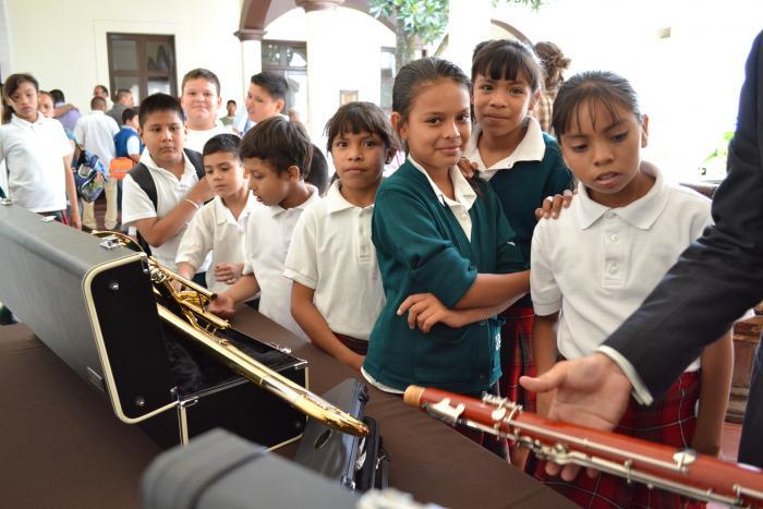 Entregan instrumentos para crear la primera orquesta del sistema  Ecos, Música para el Desarrollo