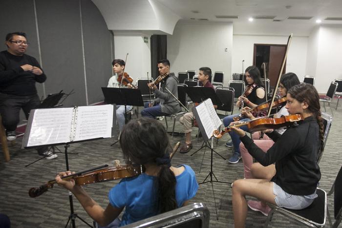 Músicos de la OFJ establecen vínculo con alumnos de ECOS