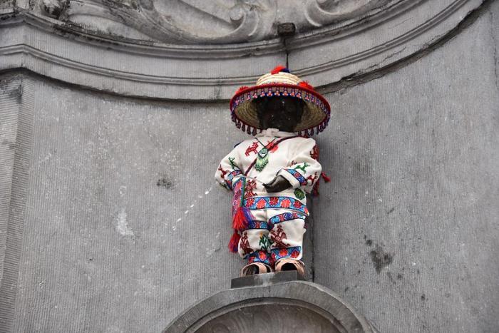 El Manneken Pis de Bruselas viste nuevamente un atuendo wixárika