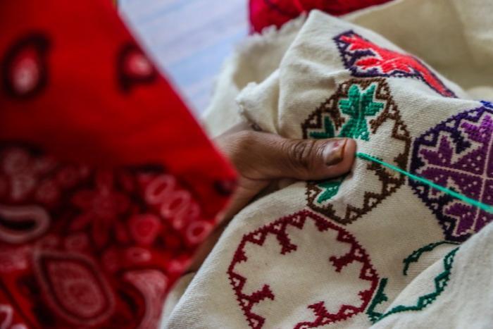 Preservan saberes de bordado wixárika en San Andrés Cohamiata