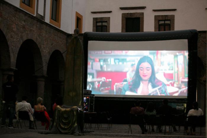 Proyectan para familias funciones de cine al aire libre    en el Ex Convento del Carmen