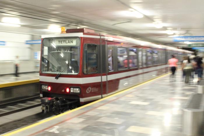 """Sorprende """"Don Alejo"""" a los usuarios del Tren Ligero"""