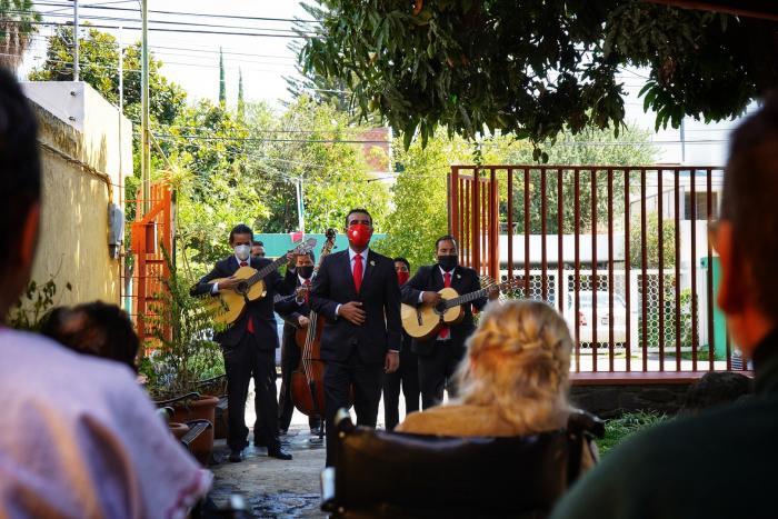 Grupos artísticos de Cultura Jalisco dan serenatas a personas mayores en casas de descanso